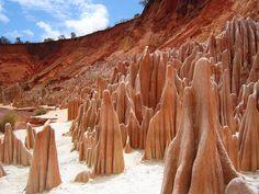 A travers les montagnes, au Sud Est de Diego suarez, cette formation géologique originale est une miracle de la nature, liée à la combinaison de feux de brousse, d'érosion et d'infiltration, constituée de grés, marne et calcaire, et offre en toute beauté, leur draperie éphémère, au sein de l'unique bassin sédimentaire de Madagascar.