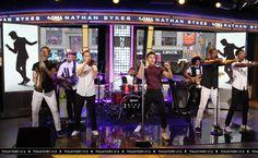 Nathan e sua banda se apresentando no Good Morning America, em Nova York, Estados Unidos. (21 jul.)