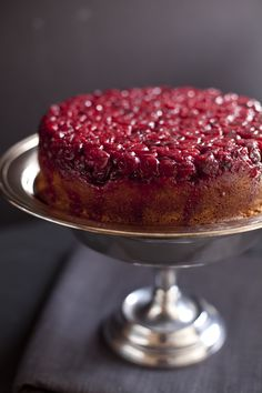cranberry raspberry upside down cake zb 12 Cranberry Upside Down Cake, Cranberry Cake, Cherry Upside Down Cake, Cranberry Almond, Sweet Recipes, Cake Recipes, Dessert Recipes, Drink Recipes, Gastronomia