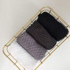 Perlestrikkede klude i 8/8 økologisk Karen Klarbæk garn.   Smuk stil til køkkenet eller badeværelset med de ualmindeligt smukke kanter.   H...