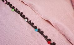 Como cortar blusa de tricô (lã) para transformar em casaquinho Hair Styles, Crochet, Diy, Beauty, Fleece Jackets, Wool Sweaters, Sewing Tutorials, Sewing Tips, Hopscotch