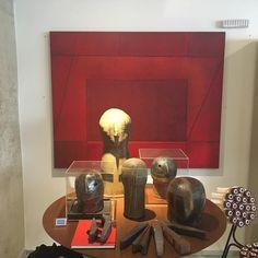 Quadro vermelho Angélica Coelho lindo!Cabecas e facas do Marco Túlio Resende trabalho em cerâmica . @angelicacoelhof @marco.tulio.resende @cristinabarrancos @thalespimenta