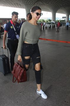 Deepika Padukone Aces The Airport Look Yet Again Casual Outfits For Girls, Cowgirl Style Outfits, Stylish Summer Outfits, Western Outfits, Western Wear, Cool Outfits, Fashion Outfits, Deepika Padukone Jeans, Deepika Ranveer