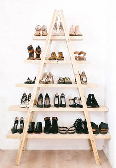 DIY Ladder Shelves Tutorial from A Pair & A Spare. The pine planks (get them cut by the hardware store) are attached to the ladder with simple L brackets. Below is a photo of the DIY ladder shelves styled for a living room. Diy Ladder, Ladder Shelves, Wooden Ladder, Shoe Shelves, Ladder Storage, Shoe Shelf Diy, Shoe Rack Ladder, Dyi Shoe Rack, Diy Shelving
