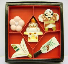 Clockwise from top left: plum, kite, hagoita paddle, shuttlecock, and in the centre: kagami-mochi. Japanese New Year, Japanese Style, Japanese Chopsticks, Temple Bells, Chopstick Rest, New Year Celebration, Rising Sun, Stoneware Clay, Japanese Culture