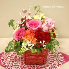 母の日フラワーギフトのご予約を受付中です!可愛いピンクのクマさんが付いています♪