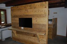 parete divisoria con assi di legno da ponteggio