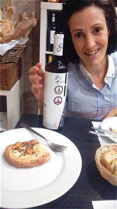 Hola queridos!!! Aprovecho esta oportunidad para recomendaros ampliamente los vinos de las bodegas Besalduch Valls, de Palamós. Anoche asistimos a una cata y maridaje en Terrassa y quedamos encantados. La cita tuvo lugar en el Yummy Taller, del Carrer Colom 78. En el encuentro nos deleitamos con un sauvignon blanc, un cabernet sauvignon, un merlot y un tempranillo, todos de primera calidad y con las explicaciones de Anna y Javier, en nombre de las bodegas Besalduch Valls.