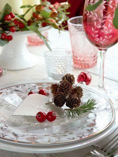 pommes de pin et baies rouges sur la table décorée