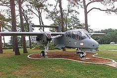 El North American Rockwell OV-10 Bronco es un avión de observación y ataque ligero propulsado por turbohélices. Aunque es un avión de ala fija sus capacidades se parecen más a las de un helicóptero rápido, de largo alcance, barato y ultra pesado. Es capaz de volar hasta 560 km/h, lleva hasta 3t de munición externa y puede permanecer sobrevolando una zona más de tres horas