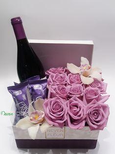 Cveće u kutiji Flowers in box Boxofflowers Flowersbox Flower Box Gift, Flower Boxes, Diy Flowers, Champagne Gift Baskets, Wine Gift Baskets, Candy Bouquet Diy, Cadeau Surprise, Diy Cadeau, Gift Hampers
