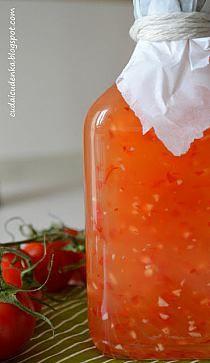 Słodko- kwaśny sos chilli Składniki (na wersję raczej słodką, niż ostrą): długa i dość duża papryczka chilli 3 ząbki czosnku 100g cukru 300ml wody łyżeczka mąki ziemniaczanej 1/4 łyżeczki soli 100ml octu