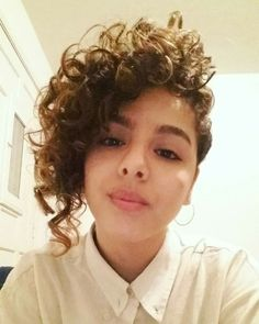 Dit wil.il ook niet Short Curly Haircuts, Short Hairstyles For Thick Hair, Curly Hair Tips, Curled Hairstyles, Wavy Hair, Short Hair Cuts, Short Hair Styles, Cut My Hair, Her Hair