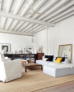 loft-barcelona-alquiler-lampara-retro-sofas-blanco-salon-alfombra-rafia.jpg 800×999 píxeles