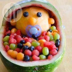Salada de frutas para chá de bebê @ allrecipes.com.br - Essa salada de frutas fica uma fofura! É trabalhoso mas vale a pena, já fiz duas vezes e minhas amigas amaram. Você vai precisar de um boleador de frutas.