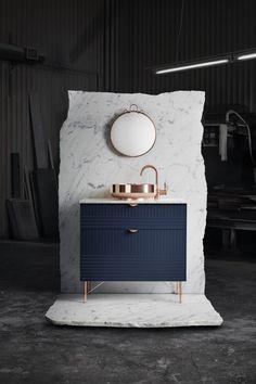 J'adore les associations. De belles matières (du marbre, du cuivre), un joli bleu marine, des lignes épurées pour un ensemble design, tout en raffinement. #marbre #cuivre #ambiance