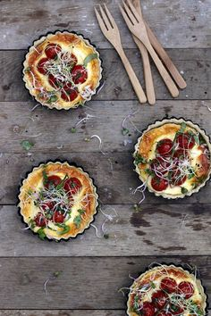 These tomato tarts with goat cheese are perfect for a fall brunch! Serve with our Chardonnay. I Love Food, Good Food, Yummy Food, Enjoy Your Meal, Quiches, Snacks, Cooking Recipes, Vegetarian Recipes, Food Inspiration