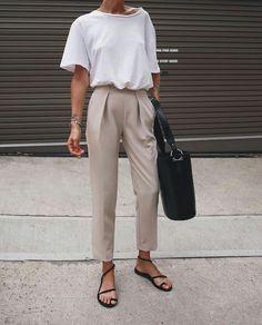 Como usar peças do escritório no look casual. T-shirt branca, calça de alfaiataria bege, rasteirinha com tiras