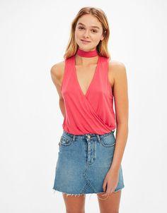 Top satén blonda escote. Descubre ésta y muchas otras prendas en Bershka con nuevos productos cada semana