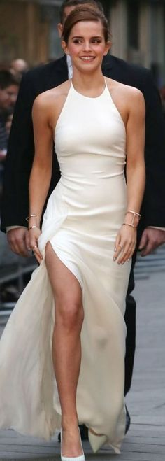 Eu adoro o estilo da Emma Watson - She walked towards the Leicester Square cinema in a striking white frock, slit to the thigh. Gosh, she looked smart White Frock, Glamour, Prom Dresses, Wedding Dresses, Dress Prom, Formal Dresses, Mode Outfits, Evening Gowns, White Evening Dresses