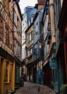http://www.getawayguru.com.au/blog/wp-content/uploads/2011/10/Honfleur-cobbled-streets.jpg