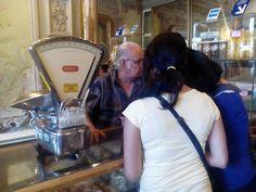 El encargado, de nombre Jorge Huguenín, lleva trabajando allí desde hace más de 20 años y nos dijo que no podía escoger un dulce favorito porque todos le gustaban.  Disfruta mucho de su trabajo porque puede conocer gente de todo el mundo y tomar trocitos de dulces cuando va a la fábrica.