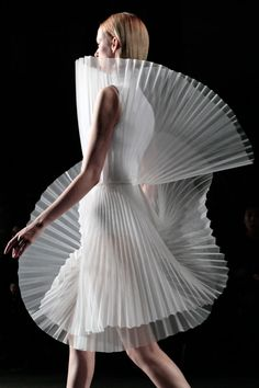 Sculptural Fashion - both delicate and hard sheer pleats; fashion architecture to look like buildings. Large cone pleats resemble the patterns on shells or the lightness of feathers on wings. Foto Fashion, 3d Fashion, White Fashion, Fashion Details, Couture Fashion, Runway Fashion, Fashion Show, Womens Fashion, Fashion Textiles