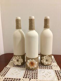 ¡Decora tu casa con algunas botellas de vino! Estas botellas de vino son mano pintada con pintura de acrílico y sella la parte superior de las botellas están envueltos en hilo de yute y arpillera está cubriendo la parte inferior. Es una gran decoración para su hogar así como un