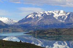 Del coloso de hielo Perito Moreno al confín del mundo de Ushuaia. La región más austral del mundo es el reino de la soledad, la tierra del desamparo, del mito y el misterio; una de las menos pobladas del mundo pero de una infinita belleza. Este es un viaje en imágenes por algunos de sus paisajes más espectaculares.