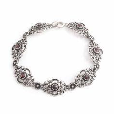 Koop deze schitterende zilveren armband uit de Jugendstil periode bij Aurora Patina. De armband is gemaakt rond 1920. Bekijk al onze vintage sieraden.