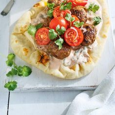 Beef Keftas on Naan Bread Naan, Ricardo Recipe, Sandwiches For Lunch, Batch Cooking, Greek Recipes, International Recipes, Vegetable Pizza, Pesto, Meal Prep