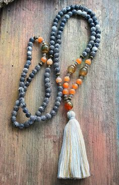 Mala necklace made of 108, 7 a 8 mm - 0.276 a 0.315 inch, beautiful frosted agate gemstones. The mala is decorated with smooth and frosted agate - look4treasures on Etsy