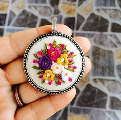 kolyeler Hand Embroidery Art, Embroidery Sampler, Embroidery Jewelry, Embroidery Designs, Fabric Flower Brooch, Fabric Flowers, Felt Flowers, Crochet Decoration, Brazilian Embroidery