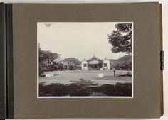 Atelier Kurkdjian   Woning hoofd-administrateur, Atelier Kurkdjian, 1917   Vrijstaand huis omgeven door gazon en bomen. Daarvoor een ronde oprijlaan met een kruisvormig naambordje 'F. J. Wirix'. Onderdeel van het fotoalbum aangeboden aan F.J. Wirix door het personeel van de Suikeronderneming Djatiroto in 1917.