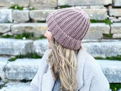 How to knit a hat with step by step instructions. If you are new to knitting, this project is a fantastic first pattern for you to try out. Knit with straight needles, the hat is knit flat then seamed. An easy unisex beanie pattern. #howtoknitahat #hatpattern #beaniehatpattern #beanie #hat #beginnerknitting Beanie Knitting Patterns Free, Beanie Pattern Free, Knitting Terms, Beginner Knitting Projects, Baby Hat Patterns, Free Knitting, Mittens Pattern, Knitting Tutorials, Headband Pattern