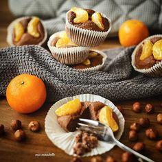 You can't be sad if you're holding  a muffin 🍪 . . Hoch die Hände, Wochenende 🙌😊 Na wenn das kein Grund zum feiern ist 🎈. Daher starte ich heute mit diesen 👆 leckeren Schoko-Clementinen-Muffins 🍊 in den Tag. Yummy 👌! Jetzt husche ich noch fix mit Staubtuch und -sauger durch die heimischen vier Wände 🏡 und freue mich dann auf den lieben Besuch meiner Freundin 👩. Wie sehen eure Pläne für den heutigen Tag aus? . . Für sechs Muffins benötigt ihr: 🍪 20 g Dinkel Vollkornmehl 🍪 20 g…