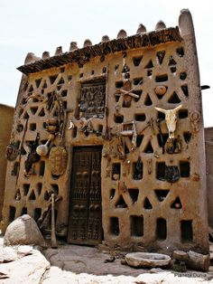 House of Gutemele, a Dogon house In Mali // photo by Ana Isabel Escriche. Dogon house with fetishes to protect the family Unusual Buildings, Interesting Buildings, Beautiful Buildings, Earthship, Amazing Architecture, Art And Architecture, Pavilion Architecture, Sustainable Architecture, Residential Architecture