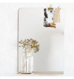 Smukt spejl med messinghylde til det lille badeværelse eller entréen. Room spejlet fra House Doctor er enkelt uden med en hylde af messing. Hylden har perfekt str. til en lille dekoration eller dine nøgler i entréen Mål: H:50 x B:35 x D:10