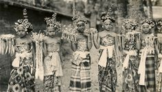Balinese costumes #3 (Underground PFV Uitgeverij) Tags: girls people bali history indonesia asia southeastasia ceremony culture hinduism 1939 offerings nederlandsindië traditionalcostumes dutcheastindies