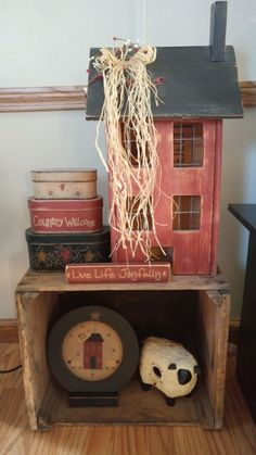 Primitive Saltbox - Love this display and especially the little sign that says L. - Primitive Saltbox – Love this display and especially the little sign that says L… Primitive S - Primitive Living Room, Primitive Homes, Primitive Furniture, Primitive Crafts, Country Primitive, Primitive Quilts, Country Furniture, Primitive Survival, Primitive Antiques
