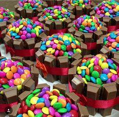 Smarties kit Kat cupcakes Kit Kat Cupcakes, Baking Cupcakes, Cupcake Cookies, Cupcake Recipes, Kid Desserts, Creative Desserts, Chocolate Desserts, Pretty Cakes, Cute Cakes