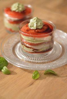 La recette du jour a pour but d'amener un peu de soleil dans ce ciel tout gris ; je vous propose aujourd'hui notre version de la salade tomate-mozza. La salade est présentée en millefeuilles ou se superposent des tranches de tomates, des tranches de mozzarella...