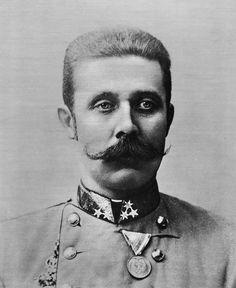Franz Ferdinand is geboren in Graz op 18 juli 1863. Hij is kroonprins van O-H. O-H hoorden bij de Centralen. Er werd tijdens het bezoek in Sarajevo een aanslag op hem gepleegd, maar hij overleefde die aanslag. Later kwam een man Gravilo Prinzip, een Servische nationalist, kwam Ferdinand tegen en schoot hem en zijn vrouw dood. Door de moordaanslag op de kroonprins van O-H vormde het de aanleiding voor de WOI. O-H gaf Servië de schuld van de moord op Ferdinand, en verklaarde hun de oorlog.
