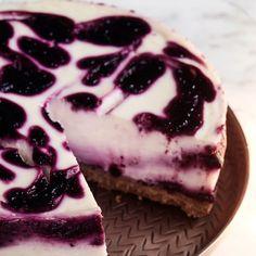 Vegaaninen mustaherukkajuustokakku | Makeat leivonnaiset | Yhteishyvä Sweet Pastries, Deli, Nom Nom, Sweet Tooth, Cheesecake, Baking, Desserts, Recipes, Food