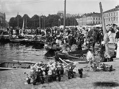 Torikauppaa Kauppatorilla Brander Signe HKM 1907 Helsingin kaupunginmuseo Torikauppaa Kauppatorilla. Myyntiveneitä Kolera-altaassa. -- negatiivi ja vedos, lasi paperi pahvi, mv