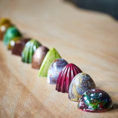 🍫*Pralinen* Bei diesem Anblick wird man direkt schwach und würde am liebsten sofort die ganze Reihe Pralinen vernaschen. Das ist kein Problem! In unserem Shop könnt Ihr euch die Pralinen nach Wunsch zusammenstellen und dann zuhause genießen. 🍫 #pralinendesign #kreativ #schoki #pralinenbox #design #formen #MaaszSchokolade #maasz #schokolade #design #pralinen #chocolate #chocolatier #chocolatelover #manufaktur #foodporn #sweet Food Porn, Shops, Stud Earrings, Box, Jewelry, Design, Chocolate Candies, Chocolate, Wish