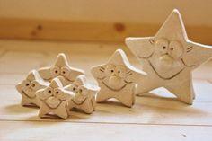 Die vergnügte Sternenfamilie ist zwischen 3,5 und 10 cm groß. Enthalten sind die sechs abgebildeten Keramiksterne im Naturton mit Glitterbesatz.