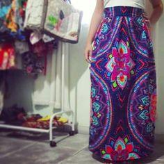 Saia, cintura alta, longa e linda. Fuxicultura, corte e costura. Tecido, tricoline, estamparia. Estampa, mandalas. Todo zen, colorido, de uma psicodelia hippie, rica em cores.