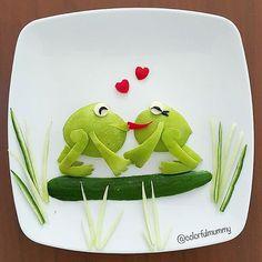 Kurbağacık sevgilisine kavuşmuş... Little frog met up with his darling... .  Elma, salatalık, peynir, zeytin, kırmızı biber... Apple, cucumber, cheese, olive, redpepper... .  #frog #love #valentine