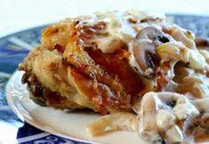 Puiul cu sos cremos de ciuperci este o mancare delicioasa, cremoasa si savuroasa. Se prepara usor si este ideala pentru mesele in familie.